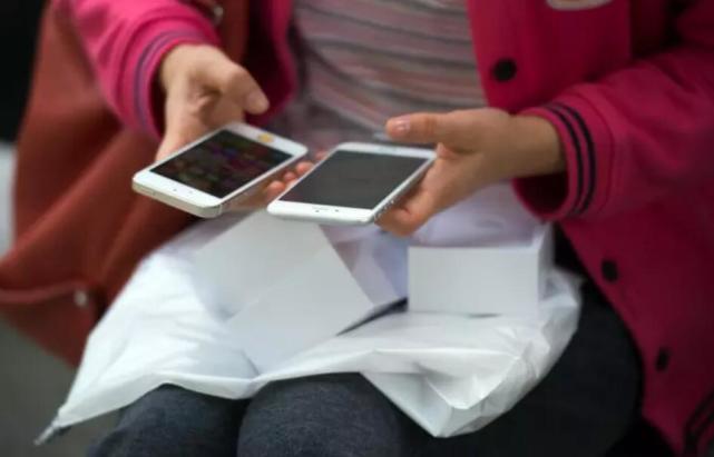 国外iPhone用户彻底怒了:换个电池要等两个月?