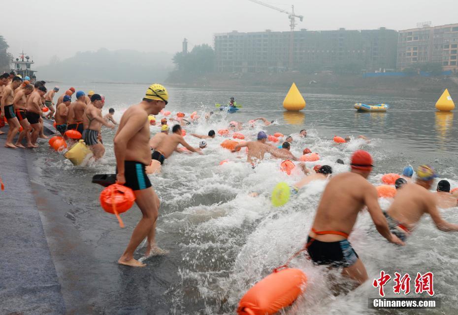 """贵州遵义举行""""四渡赤水""""冬泳抢渡赛 千人参加"""