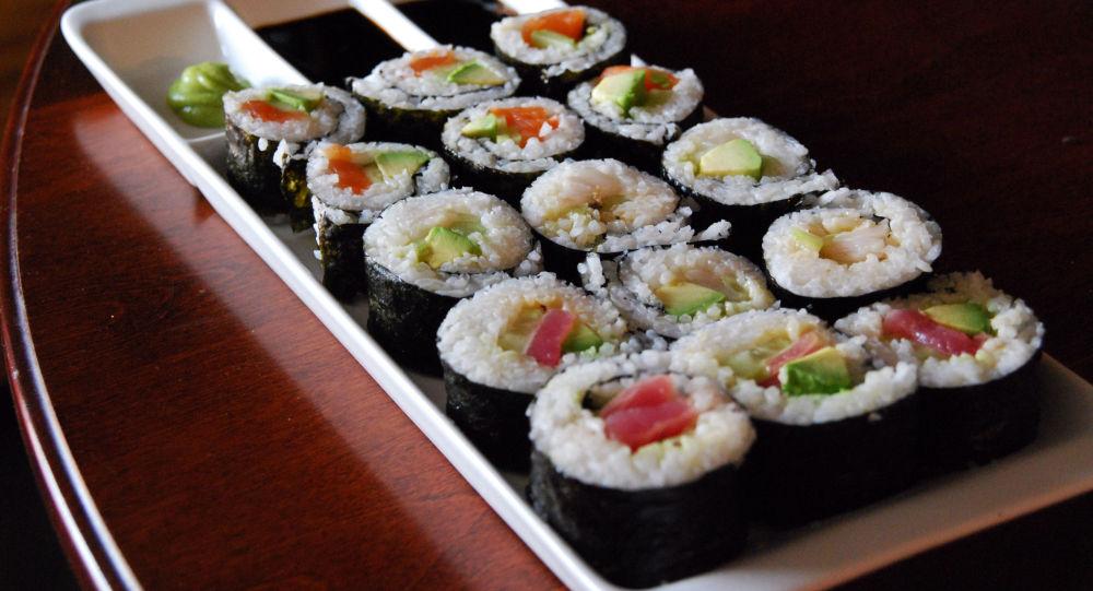 异形来袭?美国一男子爱吃寿司,体内竟发现一条1.5米的蠕虫