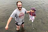 英男子冰冷湖中救出婴儿 发现竟是玩偶