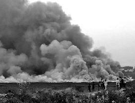 """印度""""硅谷""""一湖泊离奇着火 竟因水污染太严重"""