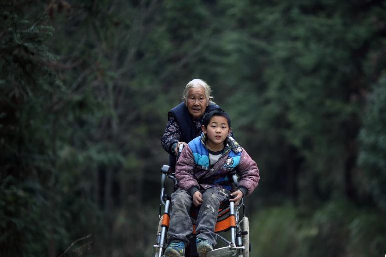 七旬老太送脑瘫孙子上学 每天步行24公里