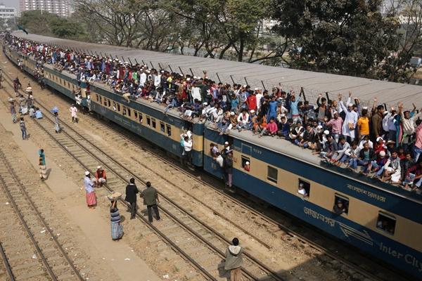 """这画面久违了!孟加拉国再现""""挂火车""""盛况"""