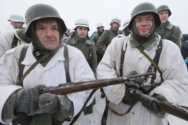 圣彼得堡民众装扮德国纳粹士兵 重演二战历史情景