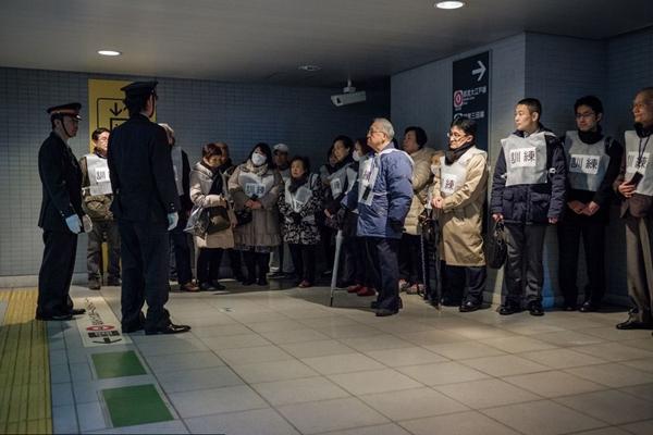 日本东京举行导弹演习 民众地铁站排队有序撤离
