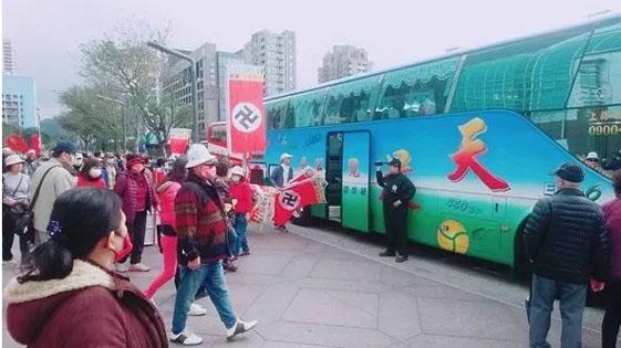 台北101惊现群体举纳粹旗帜游行 游客傻眼!