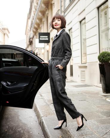 鲁豫现身巴黎时尚趴 OL风格气质干练