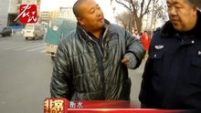 男子持铁棍阻碍交警执法