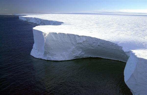 南极洲正在扩大的巨大裂洞让研究人员困惑不已