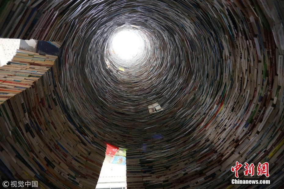 画家将15吨大学教材堆成11米高塔