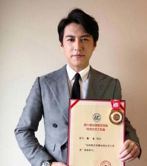 """靳东冯远征走进新闻联播 获""""德艺双馨""""荣誉称号"""