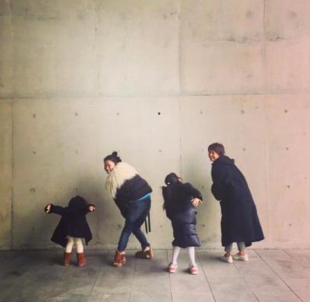 马伊琍带俩女儿和老友聚会 对墙排排站似移动信号