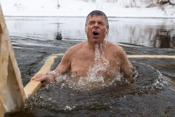 挑战普京第二?美国驻俄罗斯大使冰水沐浴接受洗礼