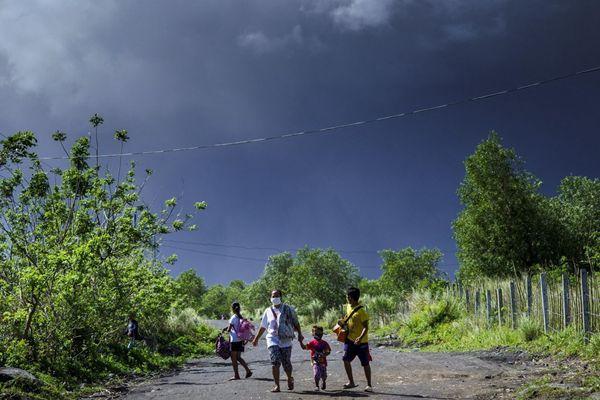 菲律宾马荣火山喷发 火山灰腾空而起民众戴口罩出行