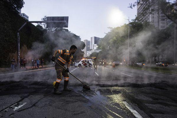 """巴西民众焚烧轮胎抗议交通费上涨 消防员出动清理""""残骸"""""""