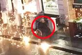 英蒙面少年向轮椅上残疾老人发射焰火
