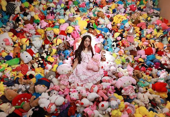 90后女孩一年花4万元抓7千个娃娃 家里堆成山