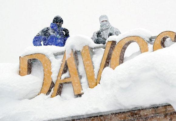 实拍达沃斯论坛开幕前:狙击手屋顶积雪中持枪待命
