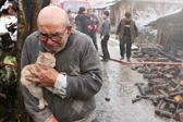 八旬老人火灾后怀抱幸存小猫令人动容