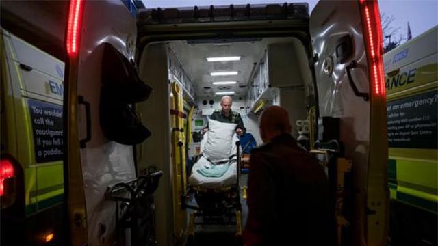 英国陷医疗危机:十万患者被迫在救护车上等待半小时