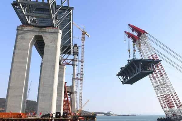 平潭海峡公铁两用大桥首跨3400吨钢桁梁成功架设