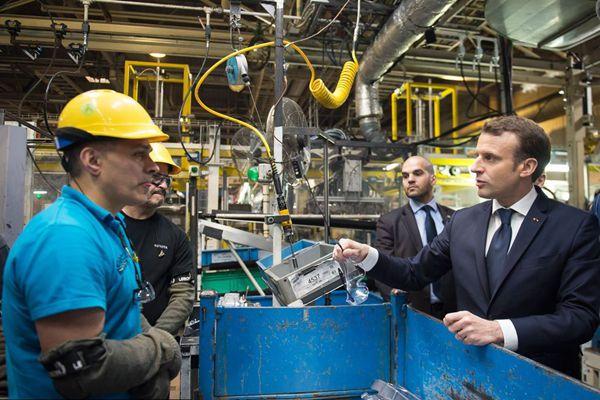 法国总统马克龙参观丰田汽车工厂 视察生产线