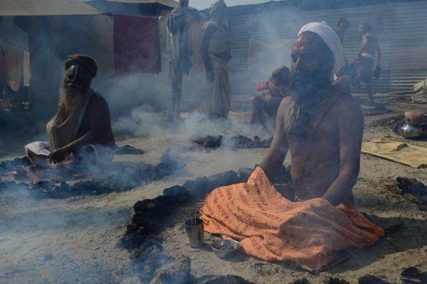 印度苦行僧举行祈求仪式 四周燃烧干牛粪