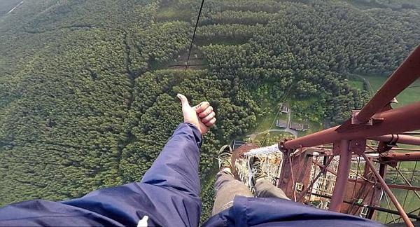 惊险!俄19岁青年370米高塔顶表演单手悬空