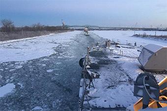 美最新锐战舰在加拿大港口被冻住