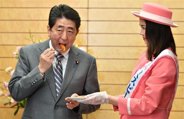 """安倍晋三接见福岛""""桃子小姐""""试吃柿子干"""