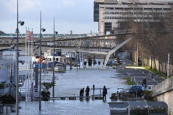 """塞纳河暴涨淹上岸 巴黎民众""""傻眼"""""""