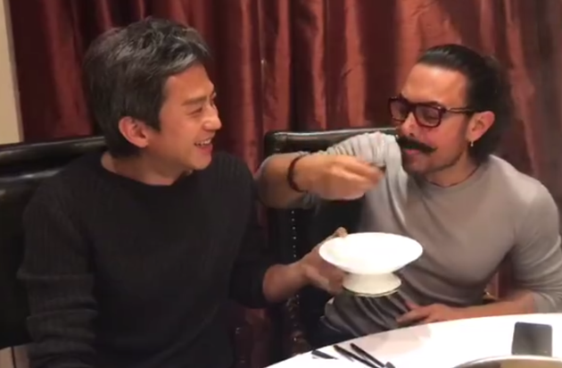 邓超与阿米尔汗共享皮蛋 网友:这是见到偶像了?