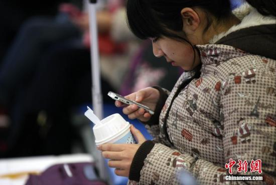台媒:台医师称 单手滑手机比玩电脑更伤身