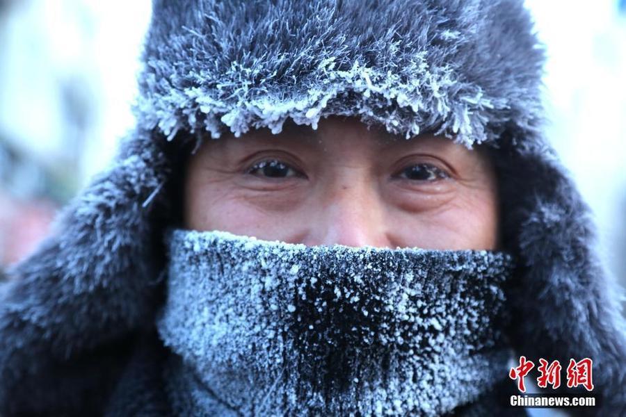 黑河现近零下40度严寒 市民满脸冰霜