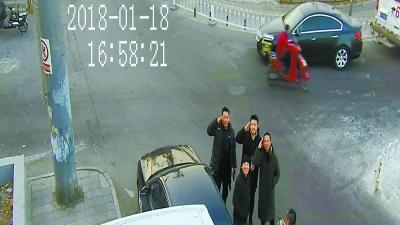抓贼后,民警向摄像头敬礼致敬在监控器另一端的战友。警方供图
