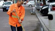 小伙当街暴打两环卫工 路人看不下去出手制止