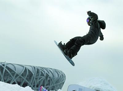 中加冰雪文化交流活动鸟巢举行 单板滑雪神童亮相