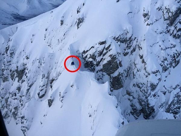 两滑雪者山脊被困一整夜 天寒地冻毫无遮掩