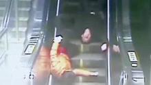 醉酒老伯和女伴滚落扶梯 众人热心相助转危为安