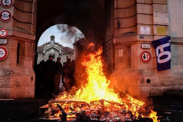 """法国又一座监狱被""""攻陷"""" 狱警抗议现场火光冲天"""