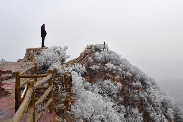 河南鲁山阿婆寨景区现雾凇景观