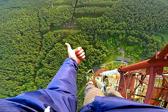 俄19岁青年370米高塔顶表演单手悬空