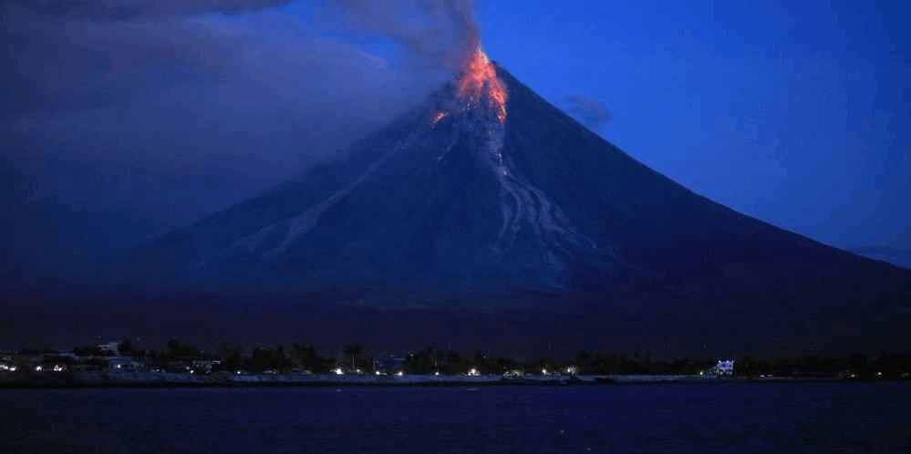 菲律宾马荣火山发威 喷射700公尺熔岩泉