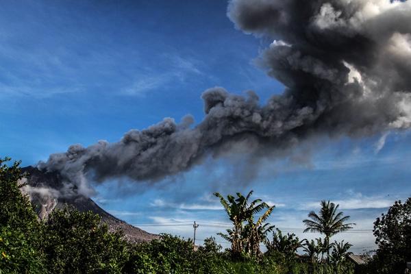 印尼锡纳朋火山再次喷发 侧坡熔岩顺流而下