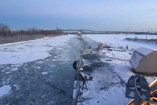 """美最新战舰""""冻""""在加拿大 濒海舰变成冰封舰"""