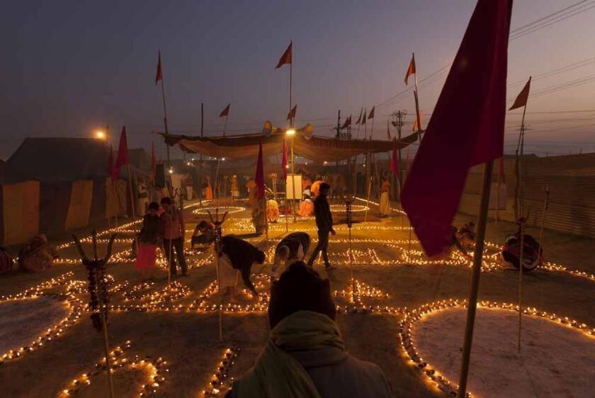 千万印度教徒赴恒河参与佛浴节 祈求净化心灵
