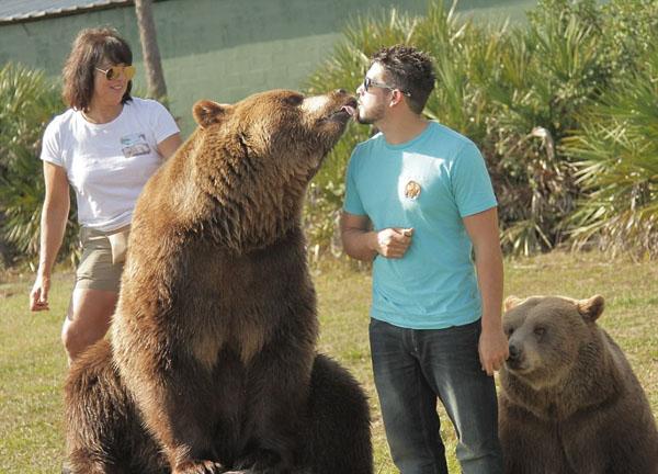 有爱!美母子养熊14头 不是亲人胜似亲人