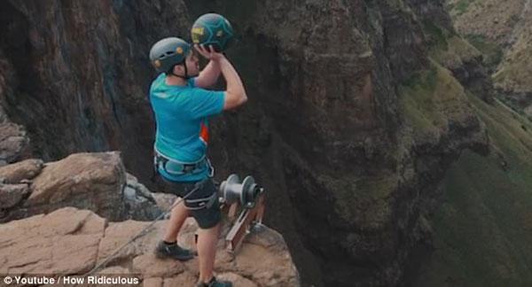 膝盖拿走!澳探险队200米瀑布顶完成最高投篮挑战