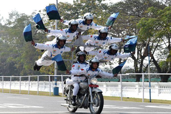 印度举行第69届共和国日彩排 摩托车特技再现