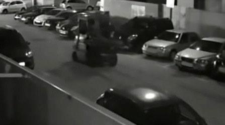 胆大包天!西班牙偷车贼开叉车偷路边宝马
